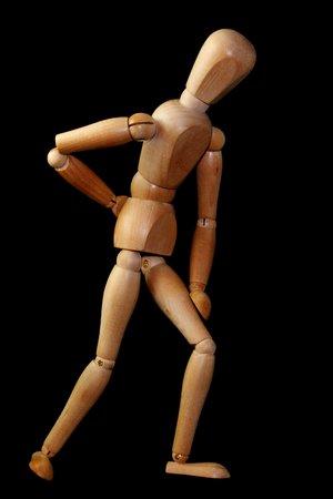 Holzfigur hält sich den Rücken